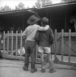 Deux enfants côte à côte