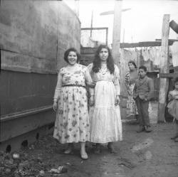 [Deux jeunes femmes à l'intérieur du bidonville]
