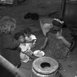[Mirka Zanko donne à manger aux enfants]
