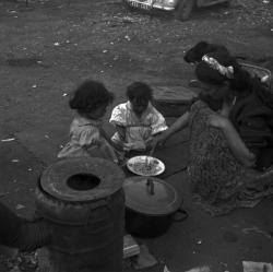 [scène de repas] : Mirka Zanko et ses fils, Toundra et Marcellino