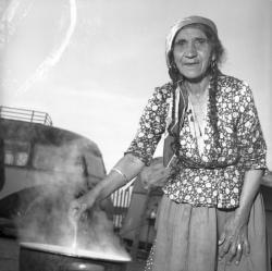 [Portrait d'une femme agée] : Mami Zanko cuisinant