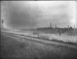 [Plan large du pont Pasteur détruit]