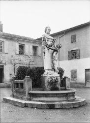 [Statue de Claude Bernard, à Saint-Julien]
