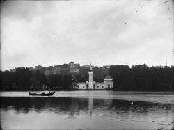 [Exposition Universelle de Lyon (1894) : le pavillon de la Tunisie vu du lac]