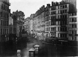 [Inondations de Lyon (1856) : vue plongeante en direction du nord de la place de la Préfecture et du passage de l'Argue]