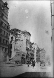 [Bombardement de Lyon par l'aviation alliée : une rue sinistrée et des immeubles détruits]