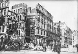 [Bombardement de Lyon par l'aviation alliée : une rue sinistrée, à Vaise]