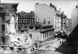 [Bombardement de Lyon par l'aviation alliée : une rue sinistrée à la Guillotière]