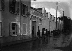 [Maison des soieries F. Ducharne : sortie de l'usine sous la pluie]
