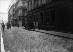 [Fiacre en stationnement devant la boutique d'un antiquaire, rue Gasparin, à la fin du XIXe siècle]