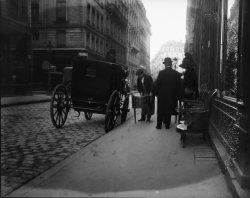 [Devant la boutique d'un antiquaire, rue Gasparin, à la fin du XIXe siècle : plan resserré]
