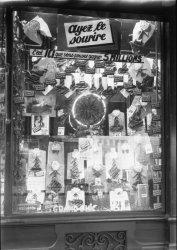 [Devanture de la chemiserie Monopole, à l'angle de la rue Jean-de-Tournes : vitrine des soldes]