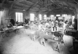 """[Ecole professionnelle municipale de blessés militaires, dite """"Ecole Maréchal-Foch"""" : atelier de couture]"""