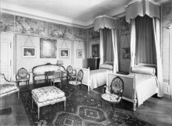 [Château de M. Lacroix-Laval : chambre à coucher avec lit à baldaquin]