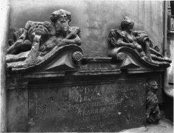 [13, rue de la Poulaillerie : détail d'une sculpture symbolisant le Rhône et la Saône dans la cour de l'hôtel de la Couronne]