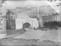 [Dessin de l'entrée du tunnel routier de la Croix-Rousse et de la place Louis Chazette]