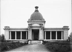 [Crématorium du Nouveau cimetière de la Guillotière : le porche d'entrée et le dôme]