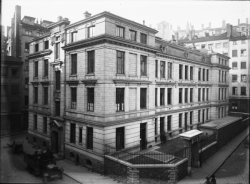 [Groupe scolaire 1, rue Sergent-Blandan : immeuble d'angle]