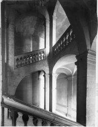 [Rue de Thou : grand escalier]