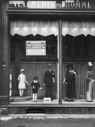 """[Magasin """"La Belle Jardinière"""", 62 rue de la République : vitrine de la succursale lyonnaise avec mannequins]"""