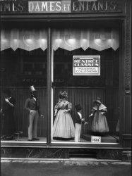 """[Magasin """"La Belle Jardinière"""", 62 rue de la République : mannequins et confections pour dames et enfants en vitrine de la succursale lyonnaise]"""