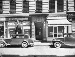 """[Devantures d'un coiffeur et d'une laiterie de la """"Société laitière moderne"""", rue Pierre Corneille]"""