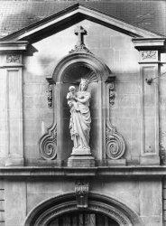 [Congrégation des soeurs de Saint Charles (?) : statue de la vierge]