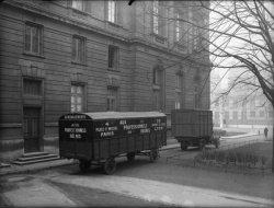 """[Camions de déménagement de l'entreprise """"Aux professionnels réunis"""" et remorque]"""