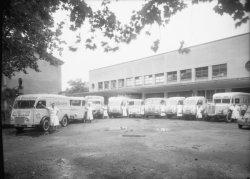"""[Laiterie du Sud-Est : camions """"La Rosière"""" pour la caravane du Tour de France (1953)]"""
