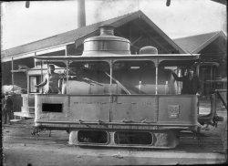 """[Locomotive grand modèle """"Lamm & Francq"""" au dépôt des Pins de la Compagnie Lyonnaise de Tramways (C.L.T.)]"""