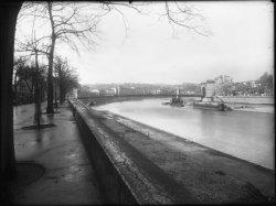 [Dragage sur la Saône, à proximité du pont Mouton, en janvier 1946]