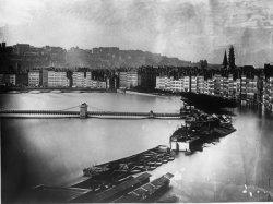 [Inondations de Lyon (1856) : montée des eaux : vue plongeante du quai des Célestins, du quai Saint-Antoine et du quai de l'Arsenal]