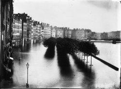 [Inondations de Lyon (1856) : vue de la montée des eaux sur le quai Saint-Antoine, le quai des Célestins et le quai Tilsitt]