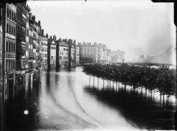 [Inondations de Lyon (1856) : vue de la montée des eaux sur le quai Saint-Antoine et le quai des Célestins]