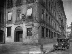 """[Place Tolozan : entrée de la succursale lyonnaise de la banque anglaise """"Hong-Kong and Shanghaï banking corporation""""]"""