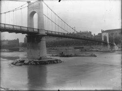 [Société de dragage Rhône-Saône : pile du pont du Collège et pont Lafayette à l'arrière-plan]