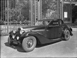 [Voiture Bugatti Type 57 devant les grilles du parc de la Tête-d'Or]