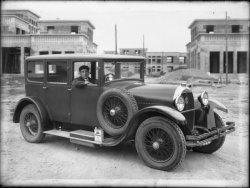 [La voiture de la mairie, pendant la visite du maire et de l'architecte Tony Garnier, au chantier de l'hôpital de Grange-Blanche]