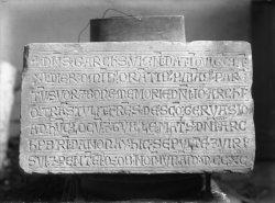 [Inscriptions antiques sur marbre blanc]