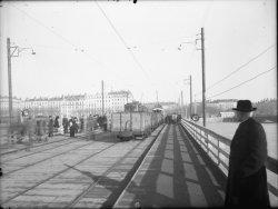 [Trafic sur le pont du Bâtiment : tramways, wagons, piétons (13 février 1945)]