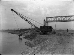 """[Compagnie nationale du Rhône (CNR) : construction du port Edouard Herriot : dragage à l'aide d'une grue """"Pinguely type 80""""]"""