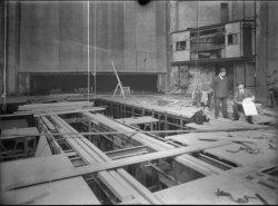 [Réfection du Grand-Théâtre de Lyon : ingénieurs (?) sur le chantier de la double scène tournante]