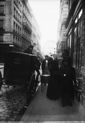 [Fiacre devant la boutique d'un antiquaire, rue Gasparin, à la fin du XIXe siècle]
