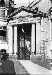 Portail d'entrée de la Bibliothèque de Lyon au Palais Saint-Jean