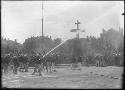 [Les Pompiers en manoeuvres sur la place du Promenoir (dite aussi place du Château d'Eau), devant la fontaine des quatre saisons, à Villefranche-sur-Saône]