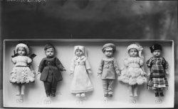 [Poupées habillées avec des vêtements de 1914-1918]