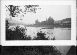 [La Saône vers Neuville: au fond, l'ancien pont de Neuville]