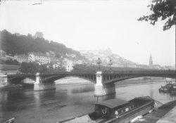 [Pont d'Ainay et vue sur la colline de Fourvière]