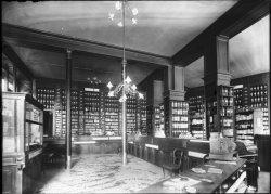 [Grande Pharmacie Lyonnaise, à l'angle de la rue du Président Carnot et de la rue Jussieu : intérieur du magasin]