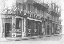 [Grande Pharmacie Lyonnaise, à l'angle de la rue du Président Carnot et de la rue de Jussieu : vue extérieure]